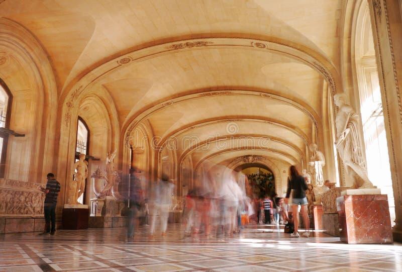 En korridor inom Louvregallerit, Paris royaltyfri bild