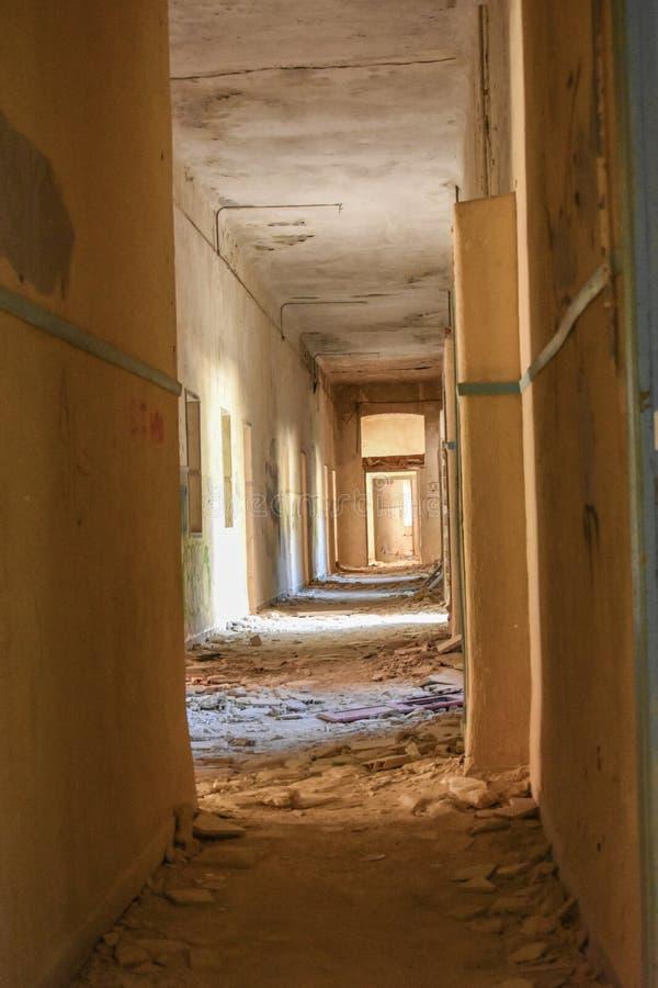 En korridor som fylls med smuts och tegelplattor royaltyfri fotografi