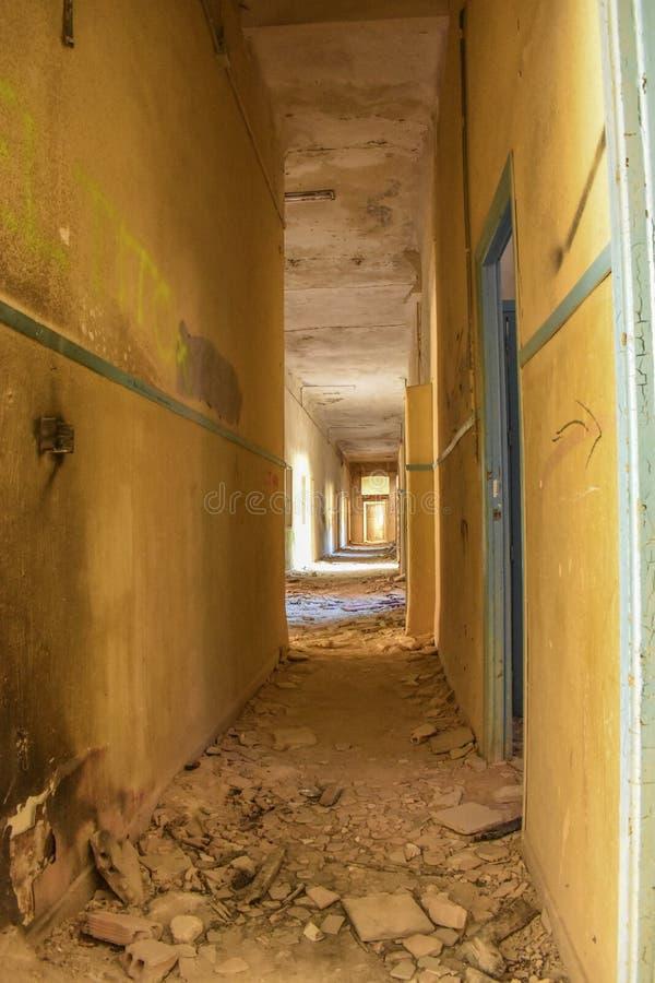 En korridor som fylls med smuts och tegelplattor royaltyfria bilder