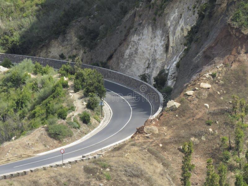 En krökning i bergvägen i La Gomera arkivfoton