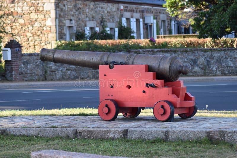 En krigkanon på museet royaltyfri bild