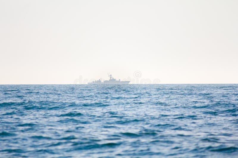 En krigsskepp på horisonten arkivbild