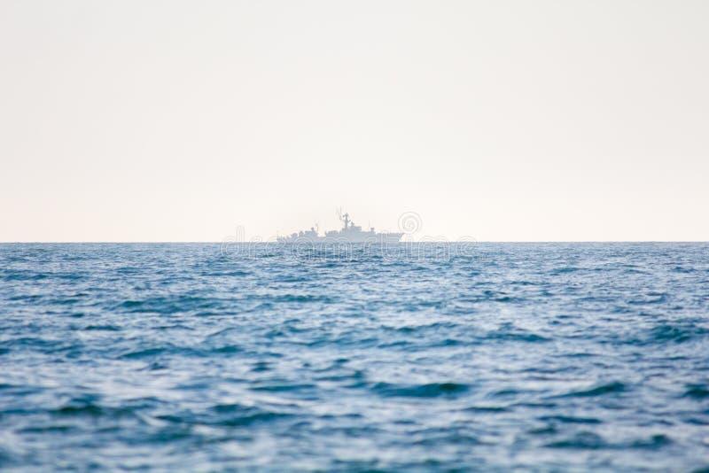 En krigsskepp på horisonten royaltyfri fotografi