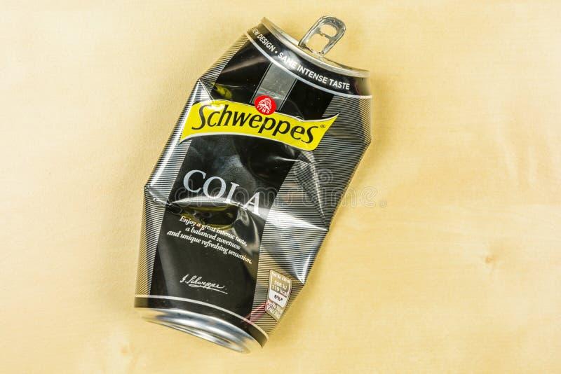 En krossad tom can av Schweppes cola royaltyfria bilder