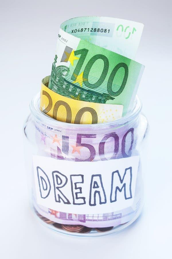 En krus med pengar fotografering för bildbyråer