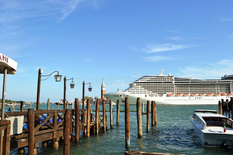 En kryssningeyeliner MSC 'fantasi 'lämnar den Venedig lagun i en solig tidig vårdag fotografering för bildbyråer