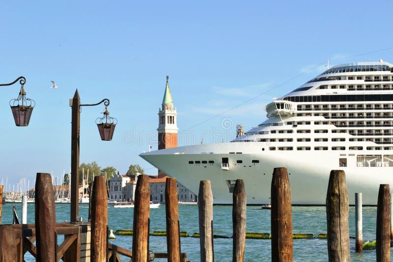 En kryssningeyeliner MSC 'fantasi 'lämnar den Venedig lagun i en solig tidig vårdag arkivbild