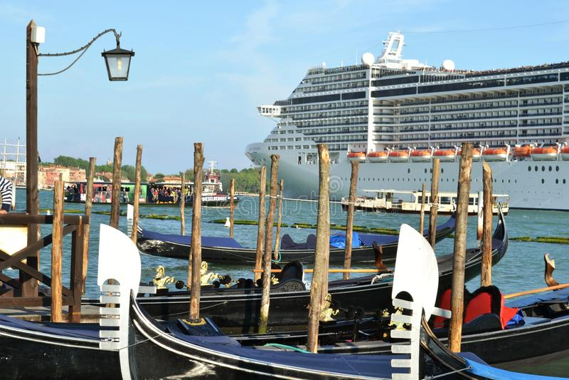 En kryssningeyeliner MSC 'fantasi 'lämnar den Venedig lagun i en solig tidig vårdag royaltyfri bild