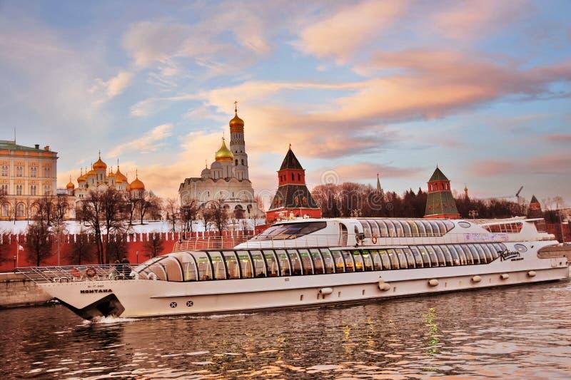 En kryssningyacht seglar l?ngs MoskvaKreml Lokal f?r Unesco-v?rldsarv arkivbilder