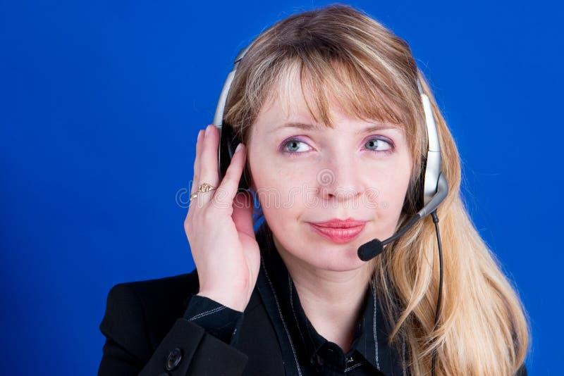 En kund som är representativ med hörlurar med mikrofondanande ett telefonsamtal arkivbilder