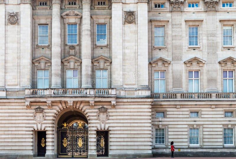 En kunglig vakt på Buckingham Palace, London, Förenade kungariket arkivbilder
