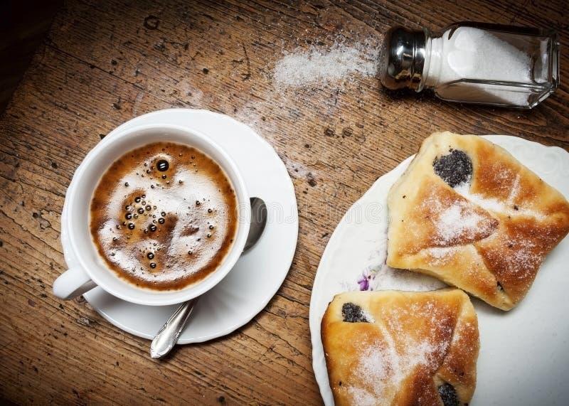 En kupa av kaffe och tårtan royaltyfria foton