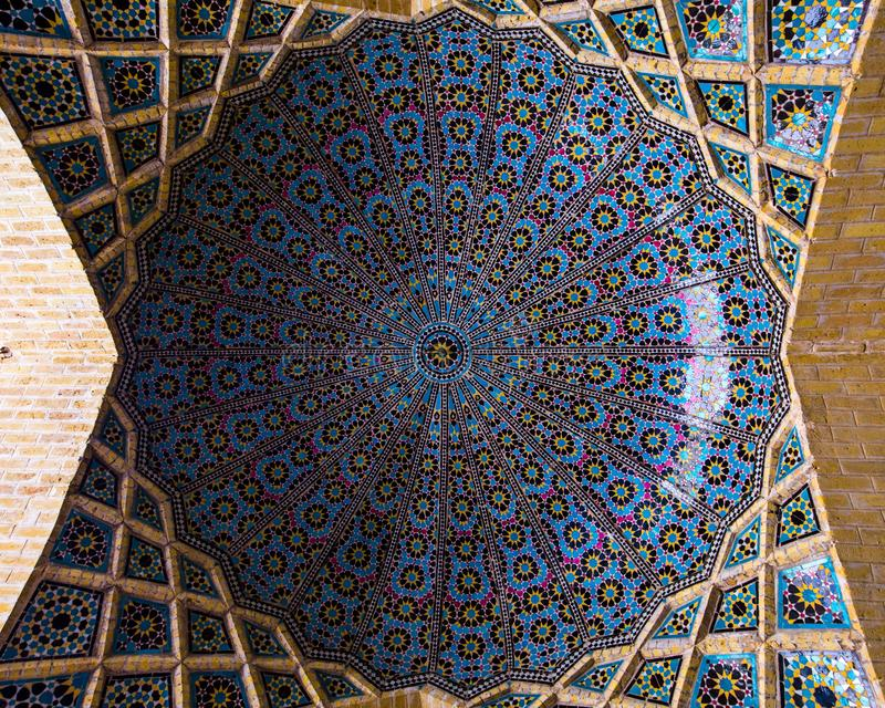 En kupol i Nasir al-Mulk Mosque, Shiraz, Iran royaltyfria foton