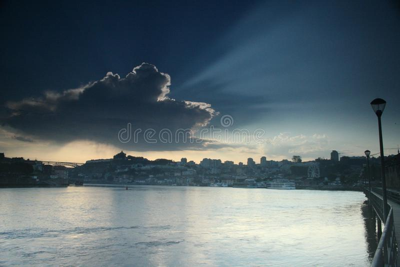 En kust- cityscape i soluppgången royaltyfri bild