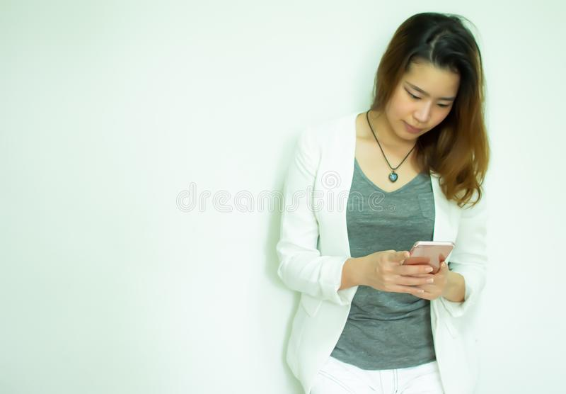 En kvinna använder mobiltelefonen arkivfoton