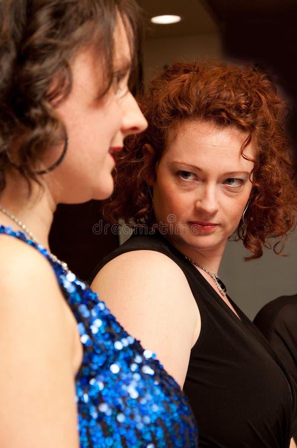 En kvinna att glo på andra royaltyfri bild