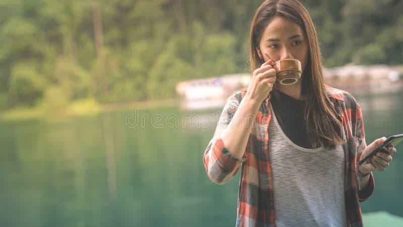 En kvinna drack kaffe i morgonen arkivfoton