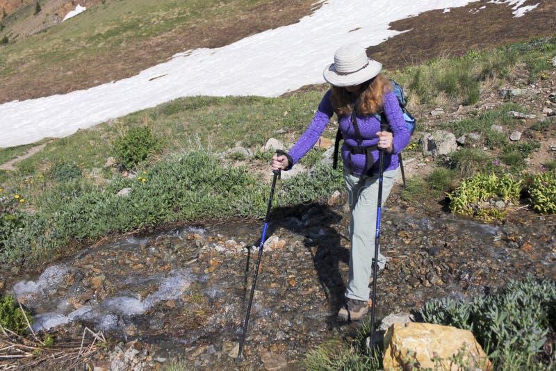 En kvinna fotvandrar silverliten vikslingan royaltyfri fotografi