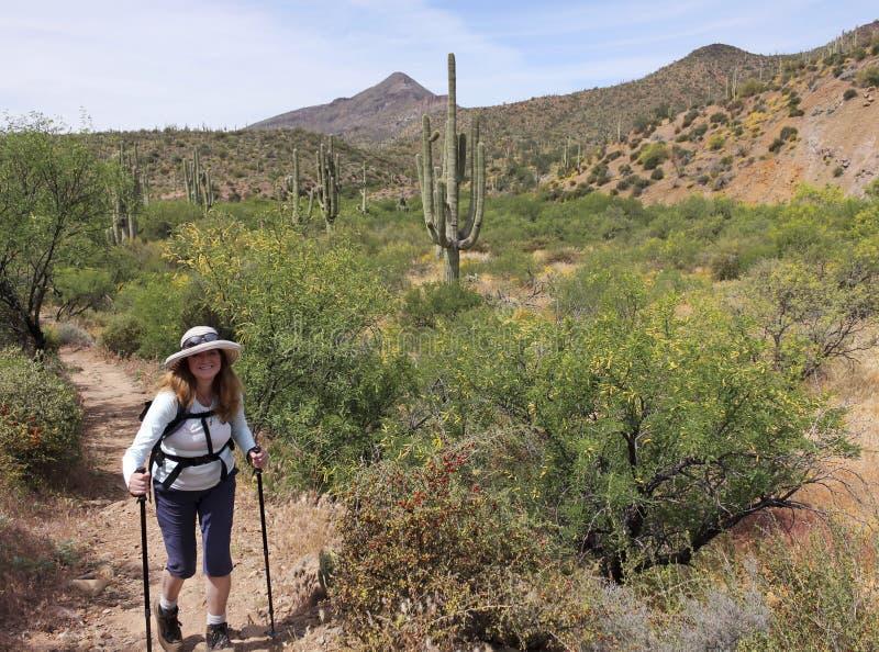 En kvinna fotvandrar sporrar in arg ranchnaturvårdsområde fotografering för bildbyråer