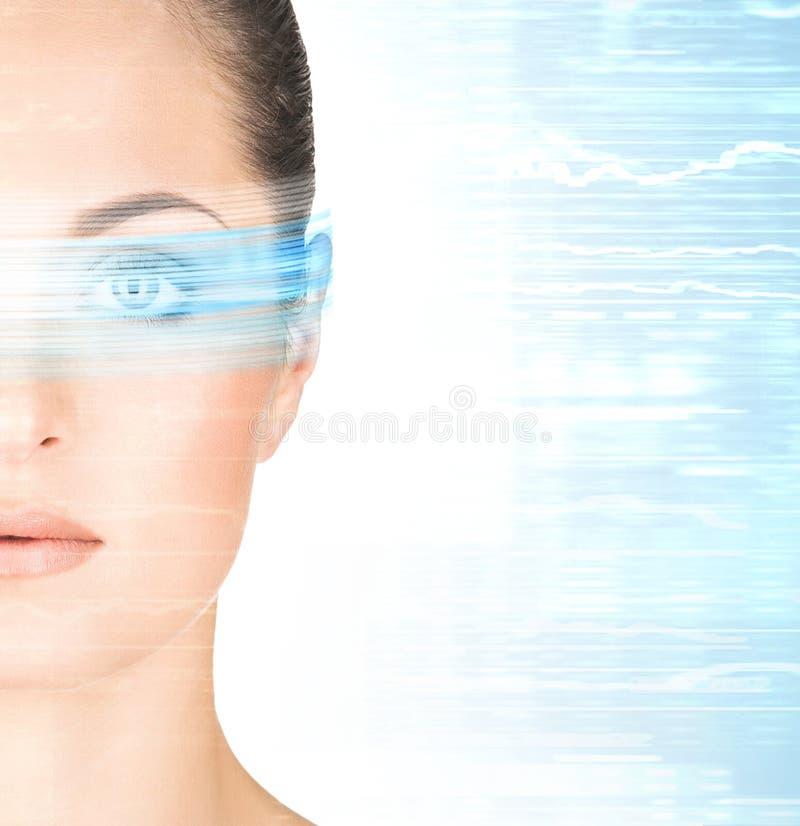 En kvinna från framtiden med ett hologram på henne ögon arkivfoto