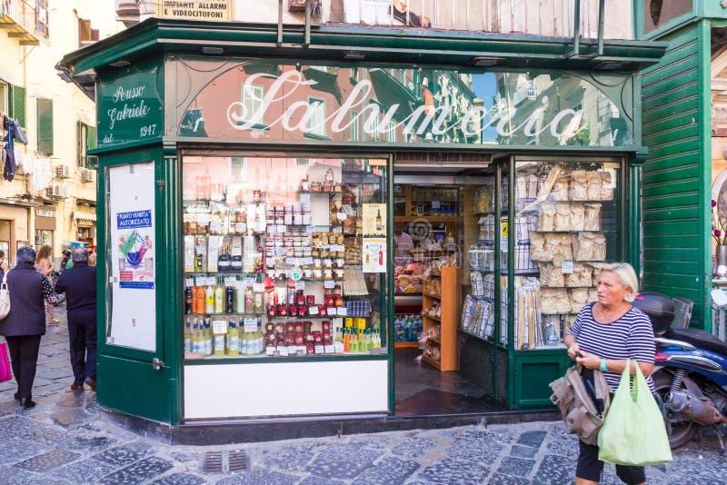 En kvinna går förbi specerihandlare shoppar royaltyfri bild
