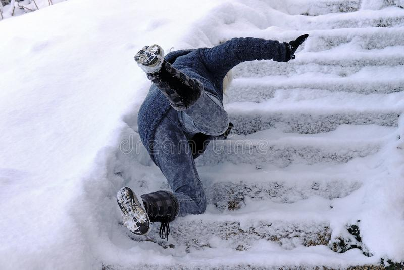En kvinna halkade och avverkningen på en vintrig trappuppgång fotografering för bildbyråer