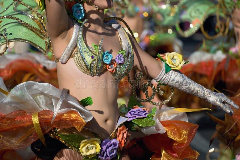 En kvinna i dräktdans på karneval royaltyfri fotografi