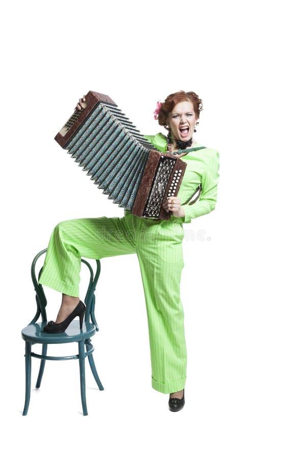 En kvinna i ett ljust - grön byxdress royaltyfri bild