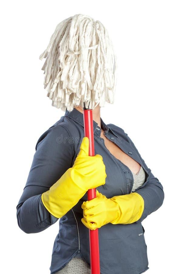 En kvinna i ett roligt poserar hemmafrugolvmopp i stället för en framsida. royaltyfri foto