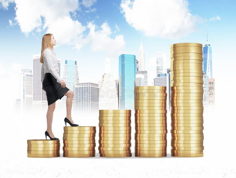 En kvinna i formell kläder går upp till och med trappa som göras av guld- mynt Ett begrepp av framgång fotografering för bildbyråer