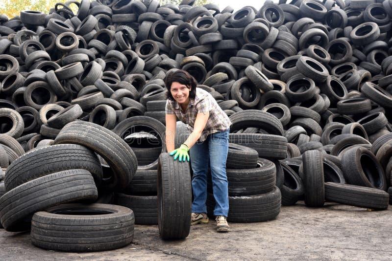 En kvinna i en gummihjulåtervinningsanläggning fotografering för bildbyråer