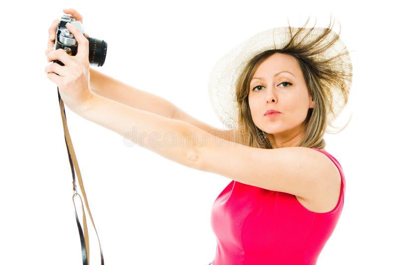 En kvinna i magentaf?rgad kl?nning med den parallella kameran f?r tappning - selfie arkivfoton