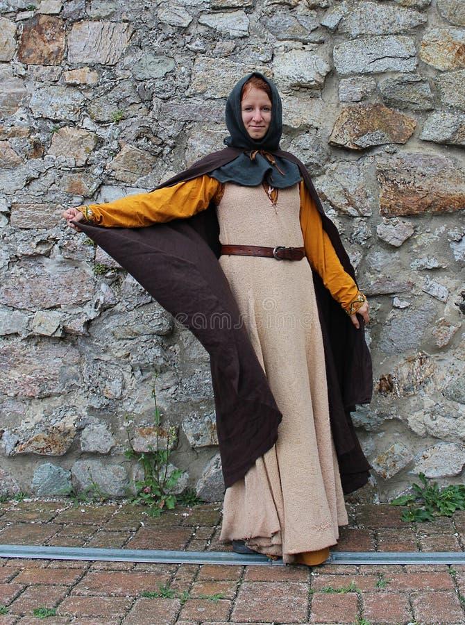 En kvinna i medeltida dräkt royaltyfria bilder