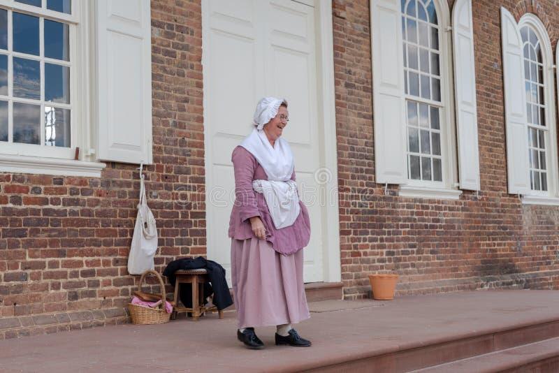 En kvinna i perioddräkt utanför domstolsbyggnad arkivbild