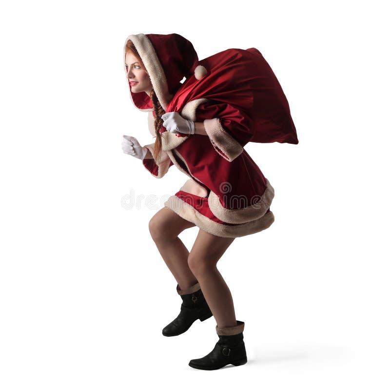 En kvinna i rött fotografering för bildbyråer