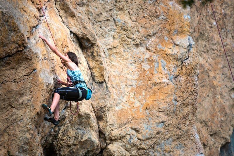 En kvinna klättrar vagga fotografering för bildbyråer