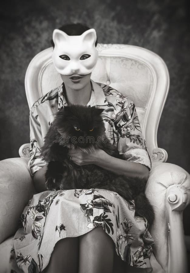En kvinna med en kattmaskering arkivfoto