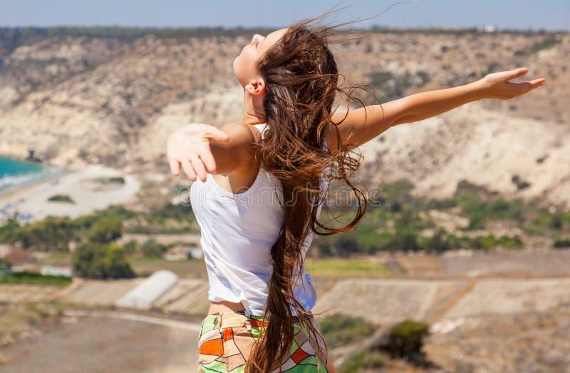 Download En Kvinna Plattforer På överkanten Av En Moun Arkivfoto - Bild av glädje, kvinna: 27288248