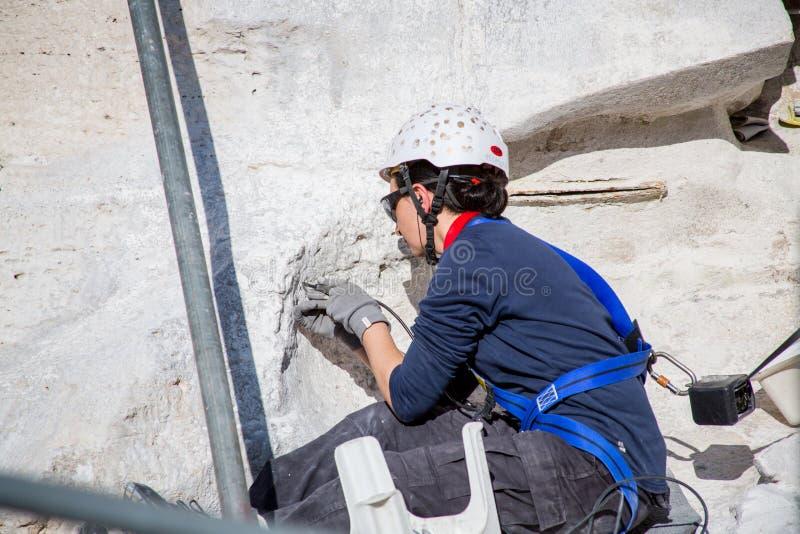 En kvinna som arbetar på Trevi-springbrunnen arkivfoto