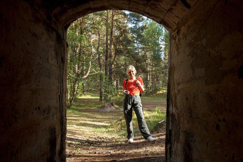 En kvinna som geocaching arkivfoto