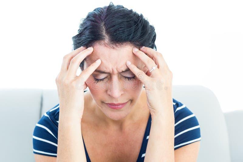 En kvinna som har en migrän royaltyfri bild