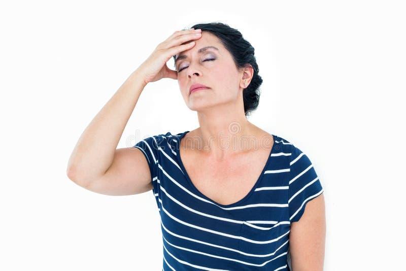 En kvinna som har en migrän arkivbilder