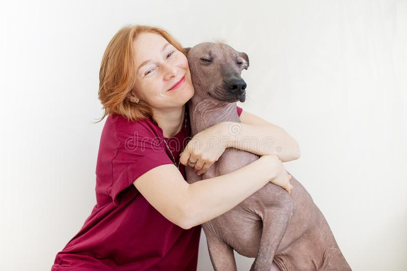 En kvinna som kramar med en hund arkivbilder