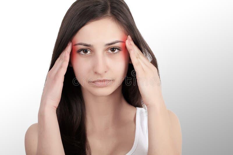 En kvinna som lider från den smärtsamma spänningen eller huvudvärken, när hon rymmer henne tillbaka Smärta är smärtsam Retningbeh arkivfoton