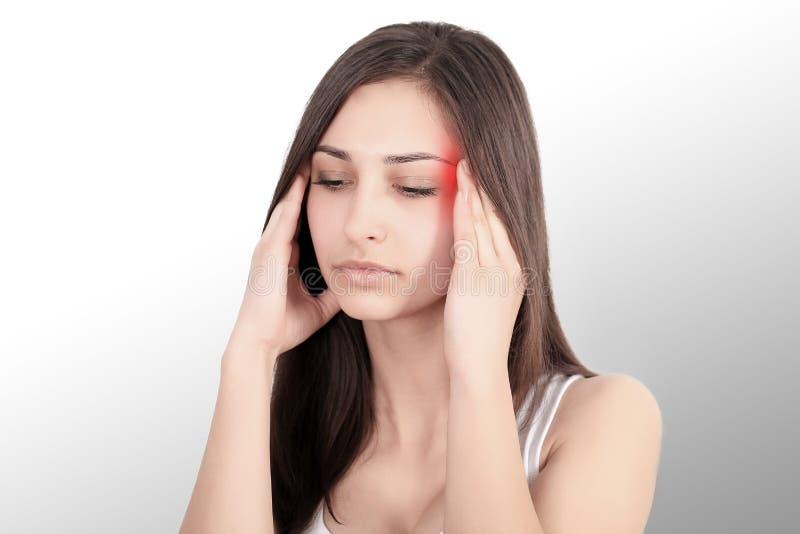 En kvinna som lider från den smärtsamma spänningen eller huvudvärken, när hon rymmer henne tillbaka Smärta är smärtsam Retningbeh fotografering för bildbyråer