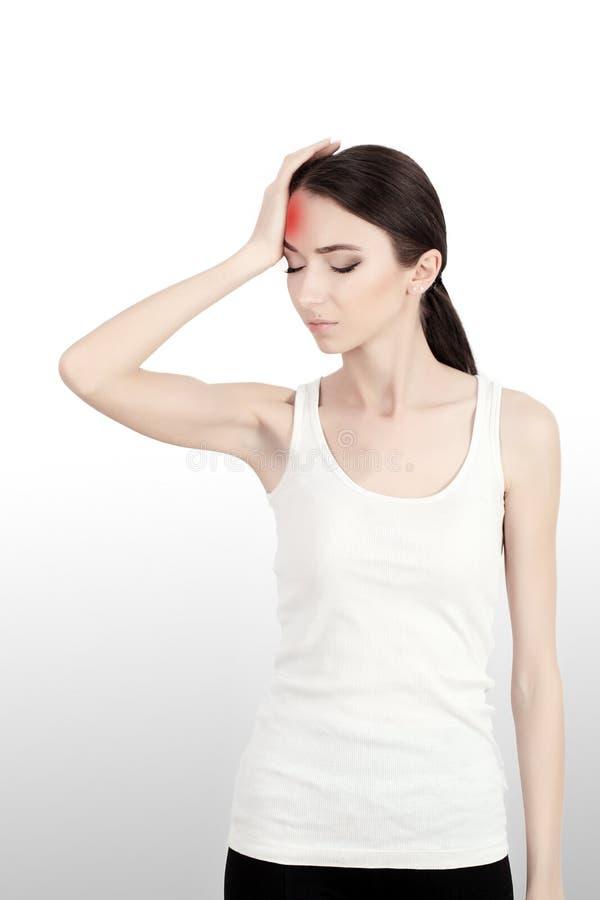 En kvinna som lider från den smärtsamma spänningen eller huvudvärken, när hon rymmer henne tillbaka Smärta är smärtsam Retningbeh arkivbilder