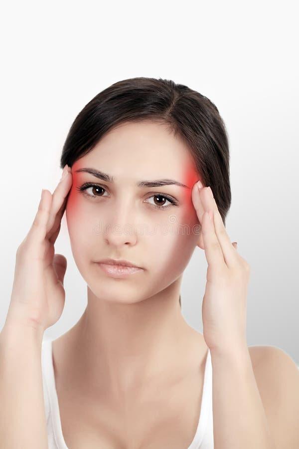 En kvinna som lider från den smärtsamma spänningen eller huvudvärken, när hon rymmer henne tillbaka Smärta är smärtsam Retningbeh royaltyfri bild