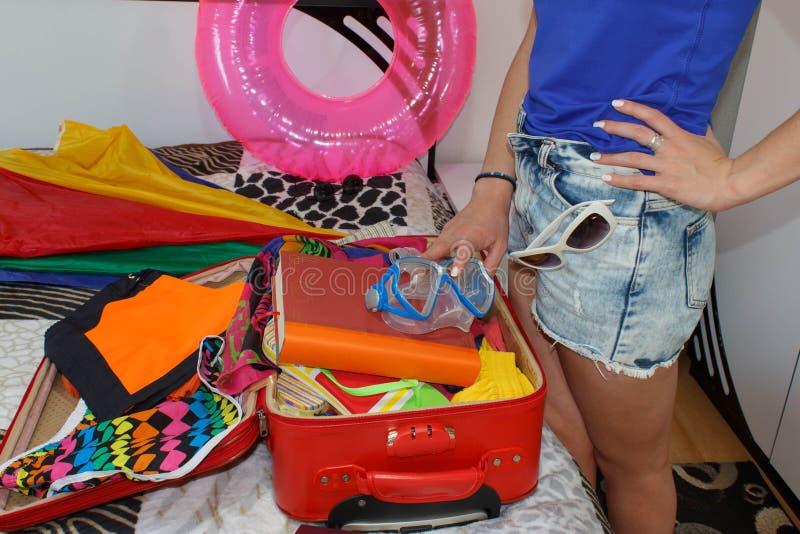 En kvinna som packar ett bagage för en ny resa Få klart för att resa till havet arkivbild