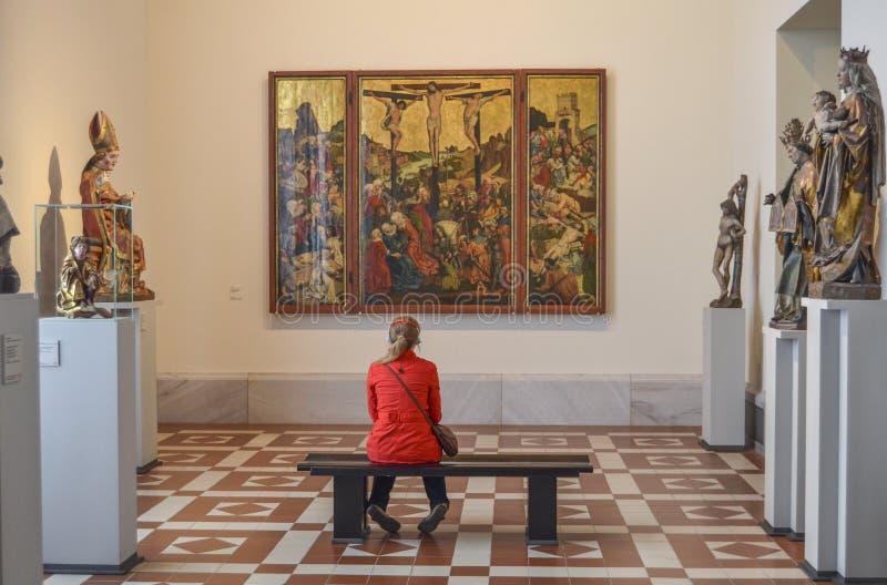 En kvinna som ser ett stycke av konst i det bidade museet, Berlin, Tyskland, September 2017 arkivbild
