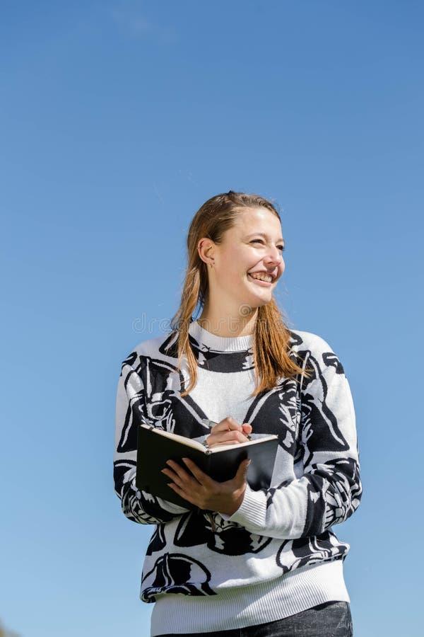 En kvinna som skrattar och, tar anmärkningar fotografering för bildbyråer